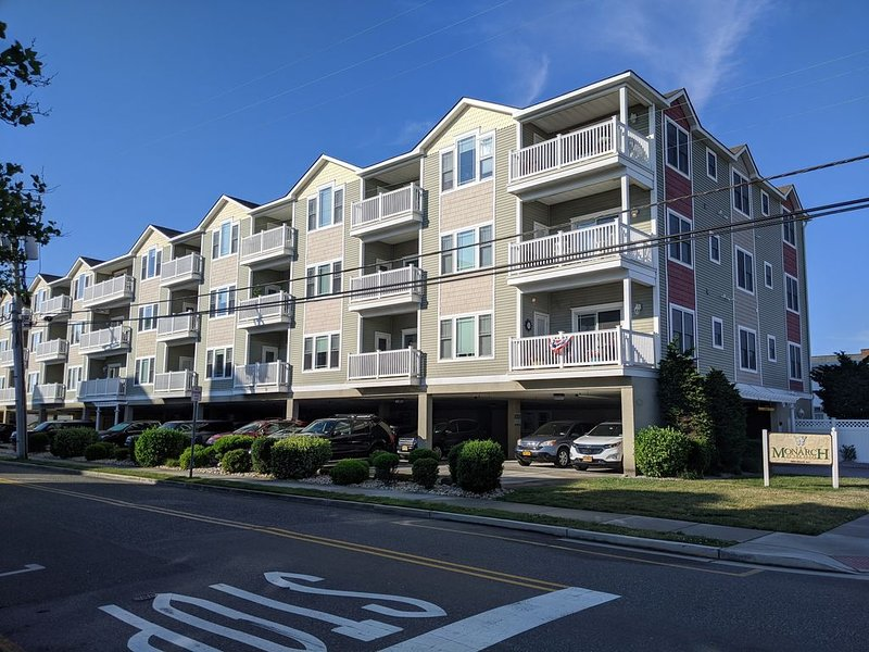 The Monarch Condominums! 4BR 3BA, 2 Pools, 2 Hot Tubs, Ocean View, Beach Block, aluguéis de temporada em Wildwood Crest