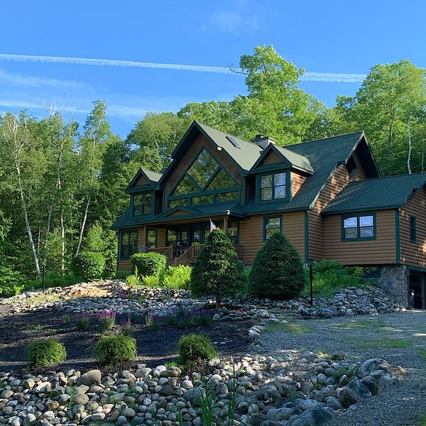 New Listing - Lazy Days Lodge with Location, Location, Location!, holiday rental in Hadley