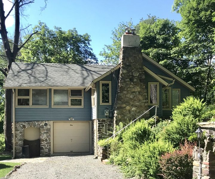 A Cozy Lake Mohawk Retreat, Completely Sanitized Every Stay, Off lake, alquiler vacacional en Morris County