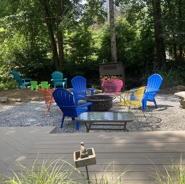 Firepit/Screened Porch/Grill/Rushing stream/waterfall-close to Lake Lure, AVL, vakantiewoning in Bat Cave