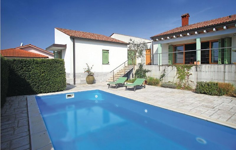 Luxury villa with a swimming pool, holiday rental in Dragonja