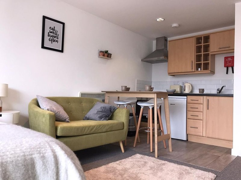 The Surf Studio – Newquay Apartment -5 minutes walk to beach with parking space, holiday rental in Newquay