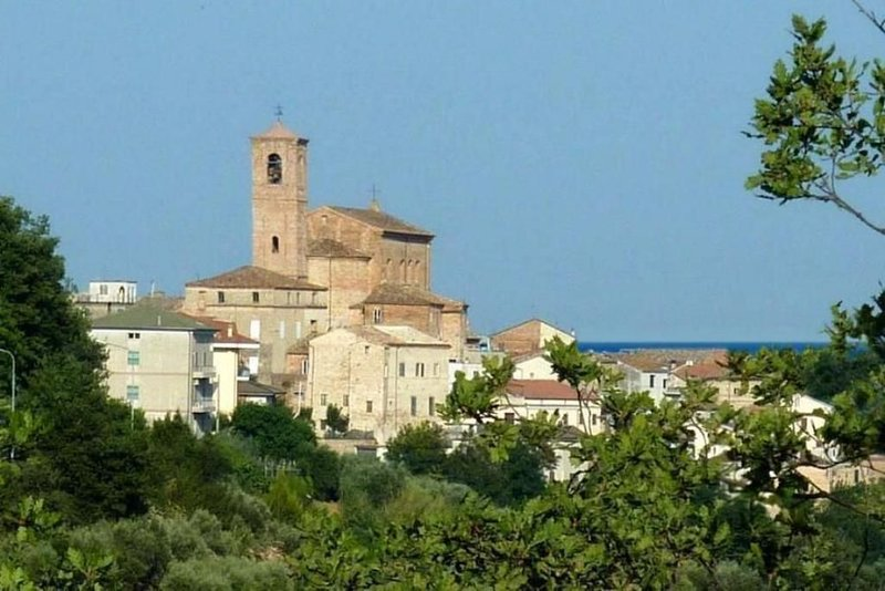 Nice and quiet panoramic apartment in a small village not far from the beaches, vacation rental in Moresco