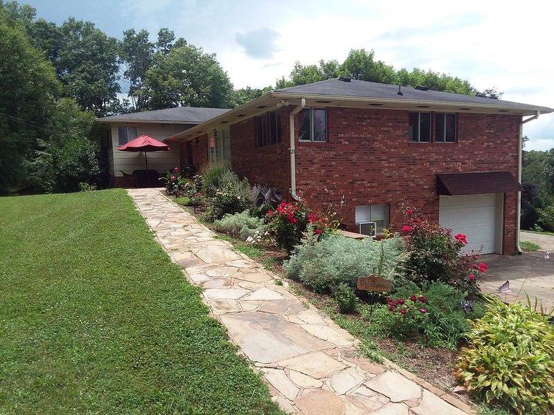 Charming and spacious 2200sf 3 BR/2 BA house with MTN view., casa vacanza a Enka