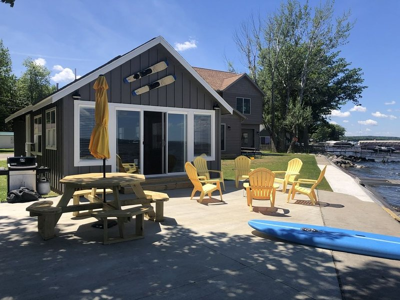 Sunny 2 BR Waterfront Cottage in Houghton Lake with Incredible Views!, location de vacances à Prudenville