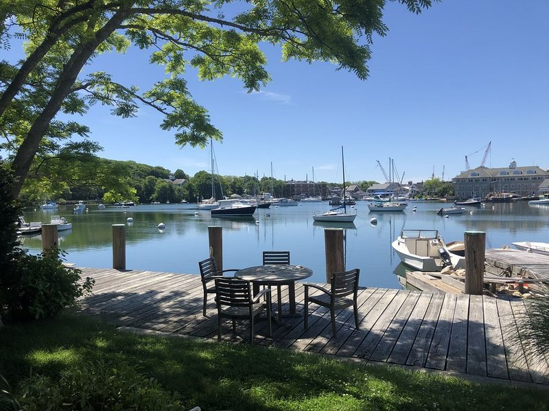 Woods Hole village waterfront property on Eel Pond with private dock, alquiler vacacional en Woods Hole
