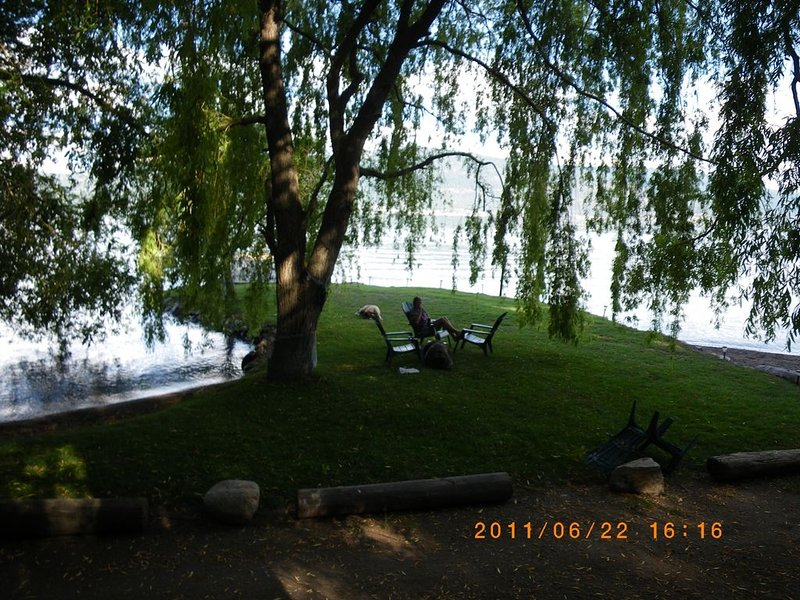 Waterfront - Private Beach / Dock / Anchorage - Fire-Pit - B.B.Q., vakantiewoning in Vernon