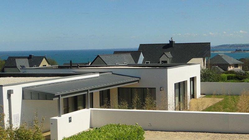 Villa Lisa, maison d'architecte, piscine intérieure chauffée à 29°, holiday rental in Saint-Pol-de-Leon