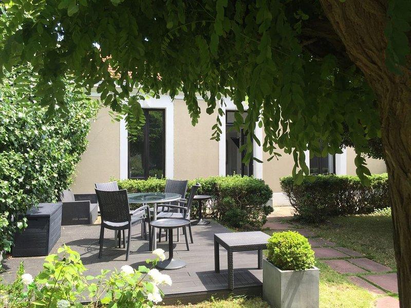 Magnifique maison & jardin emplacement exceptionnel 200m plage et hyper centre !, vacation rental in Charente-Maritime