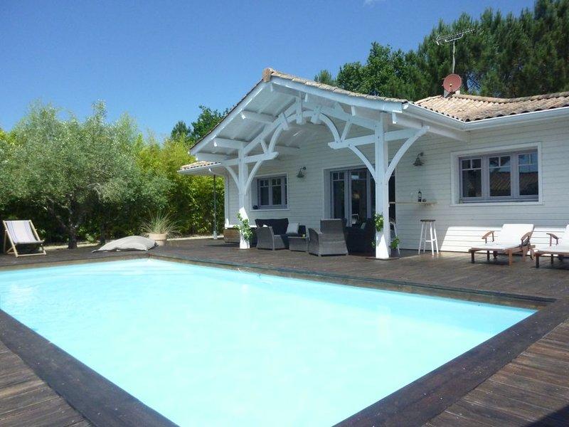Maison avec piscine chauffée proche océan, Lège-Cap-Ferret, holiday rental in Lege-Cap-Ferret