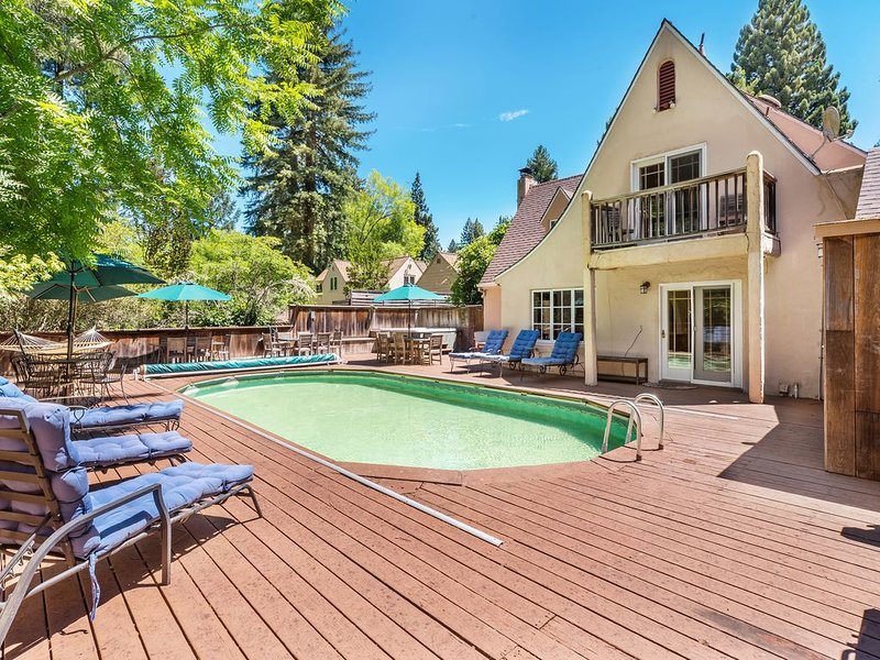 Lovely Tudor Home w/ Pool & Spa near Russian River, short walk to Guerneville, location de vacances à Guerneville
