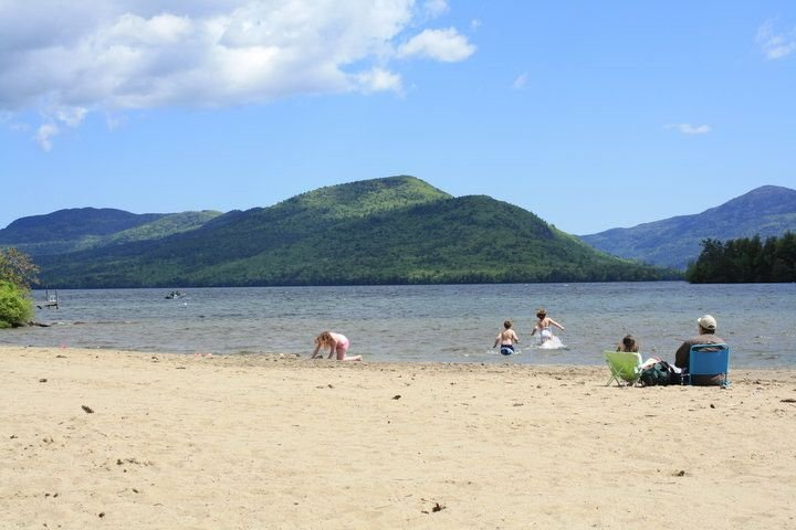 Lake view in Bolton Landing walk to Beach and Town!, location de vacances à Bolton Landing