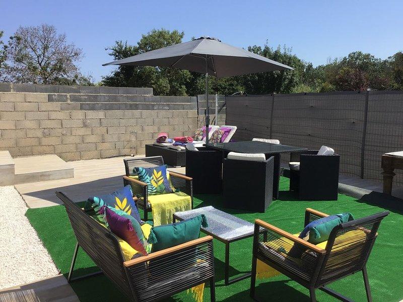 Appartement situé dans un domaine de 6400 m2 très Arboré, holiday rental in Bessan