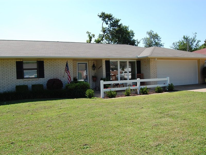 **Spacious Rogers home decorated for your enjoyment!, holiday rental in Rogers