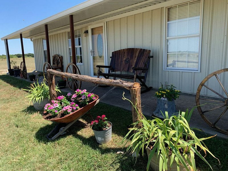 3 Bdrm 1 Ba - Country Home - located 4 miles from Chip/Joanna Gaines Farm House, holiday rental in Laguna Park