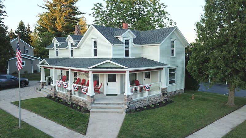 Large Historic Family Vacation Home, holiday rental in Cheboygan County