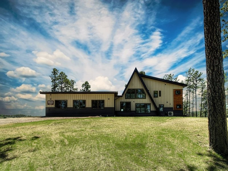 Rustic Mountain Modern Home With Breathtaking Black Hills Views!, holiday rental in Rockerville