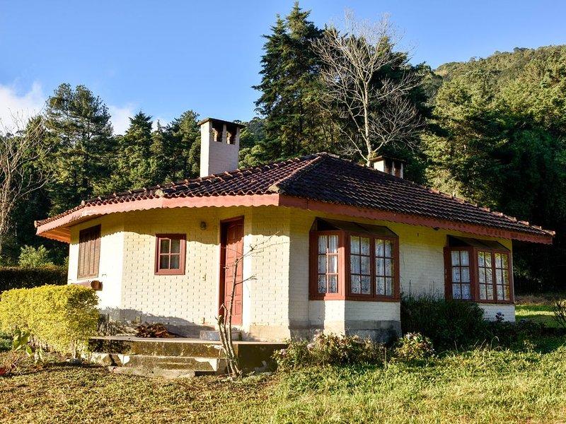 Chalé Amarelo c lareiras, hidro, sauna na beira do Rio Preto em Visconde de Mauá, holiday rental in Resende