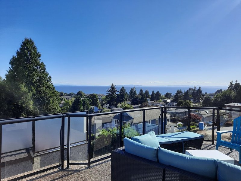 Beautiful view and walk to the beach in White Rock., vakantiewoning in White Rock