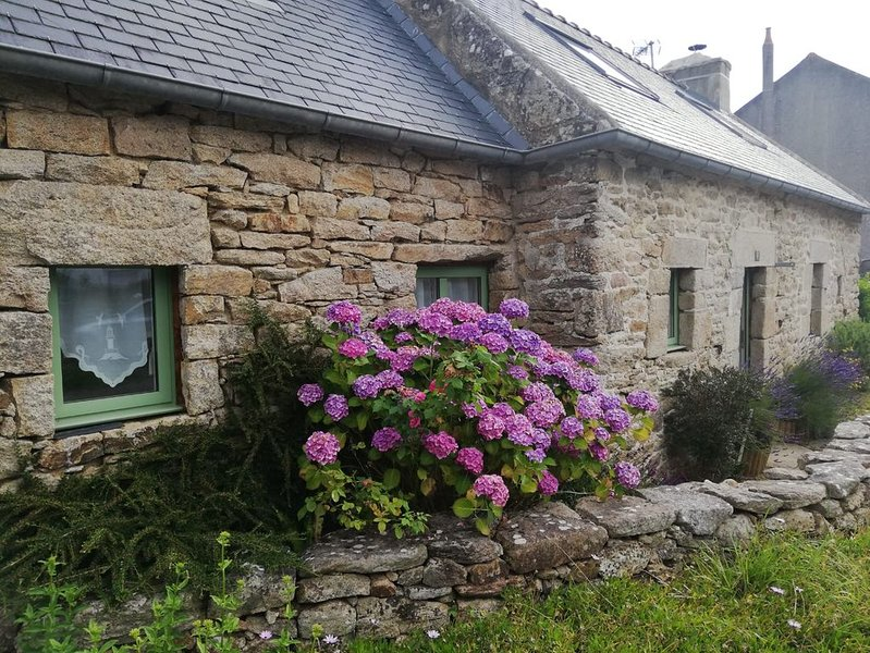 Maison en pierres avec jardin, 2 chambres, 5 personnes, toute équipée, location de vacances à Landudec