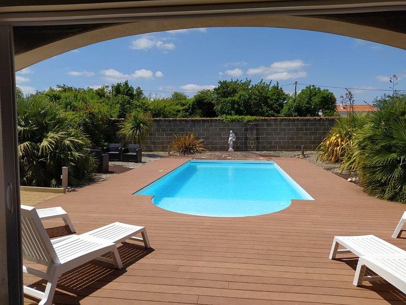 Villa familiale, piscine chauffée et cuisine d'été / bar attenant à la piscine, location de vacances à Saint-Jean-de-Beugné