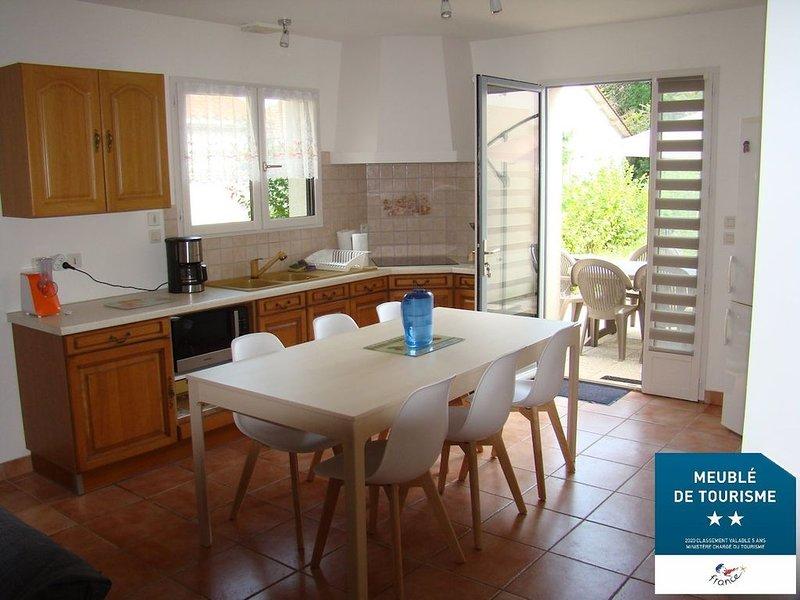 Maison confortable avec terrasse dans le Périgord pourpre, holiday rental in Lamonzie-Saint-Martin