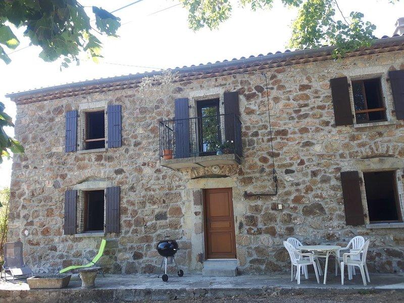 Maison de caractère de 100 mètres carrés pour 8 avec grand espace extérieur, holiday rental in Antraigues-sur-Volane
