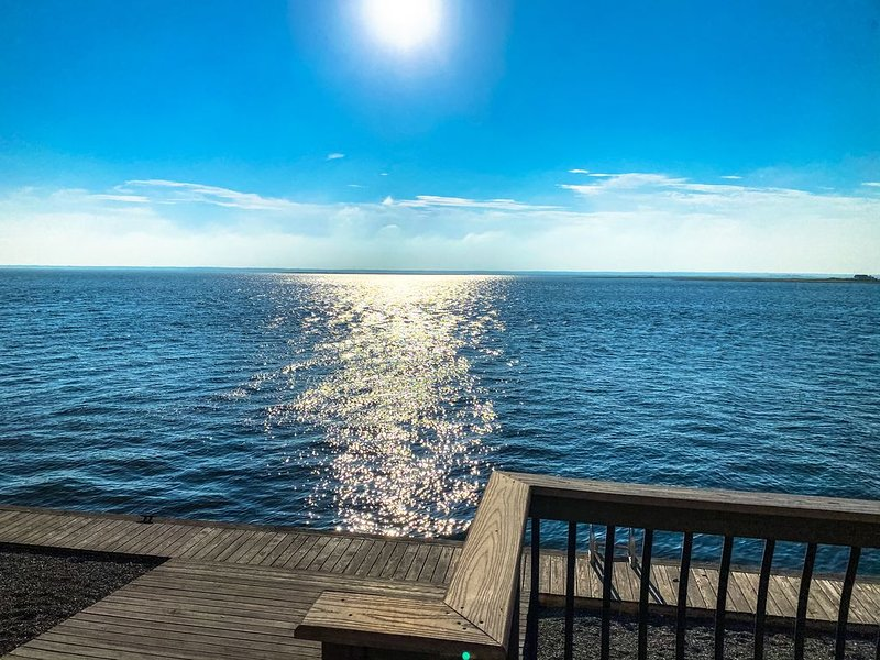 6bdrm Unobstructed Bay Front Views Minutes from the Beach, alquiler de vacaciones en Harvey Cedars