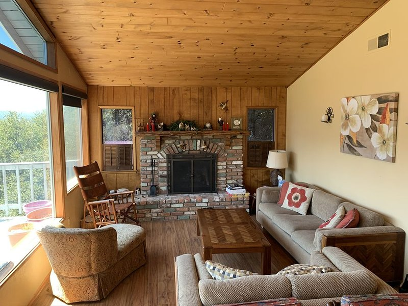 Cozy Mountain Cabin, holiday rental in Crestline