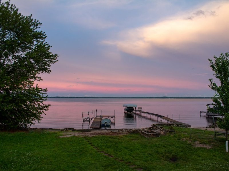 Sweet beach front on Lake Koshkonong w/lots of room & a Paddleboat, holiday rental in Janesville