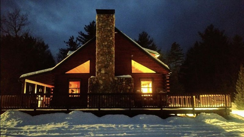 Perfect Pemi Riverfront Log Cabin, Great for Families, Sleeps 12, aluguéis de temporada em Thornton