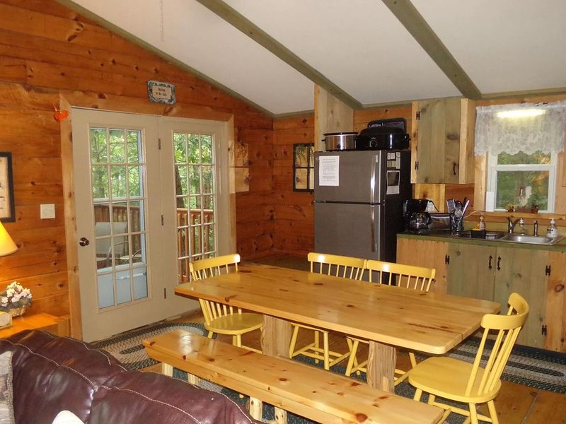 Log Cabin in Wooded Area Near Raystown Lake Boat Access, holiday rental in Saxton