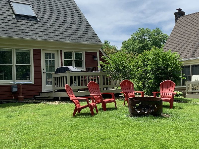 Newly Renovated. Gorgeous Retreat w/seasonal waterfall view! Pets under 25 LBS, holiday rental in Galena
