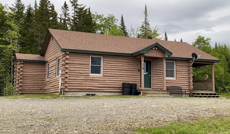 2 BR Mountain View Cabin with Direct ATV/Snowmobile Access, holiday rental in Pittsburg