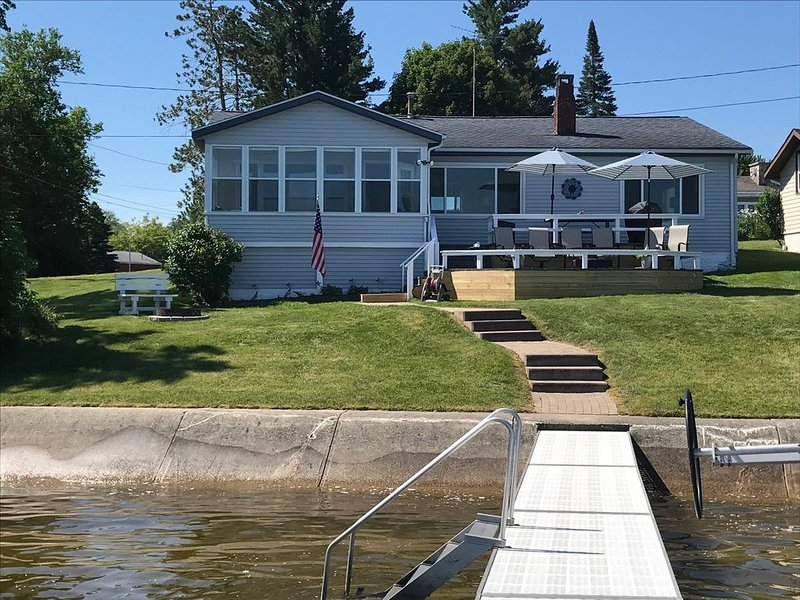 Beautiful lakefront home with fantastic views of sunrises and sunsets, location de vacances à Prudenville