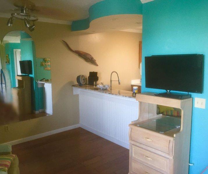 �� 1 Bdrm 1 Bath Condo with private deck 1 block from beach ��, alquiler de vacaciones en Ebro