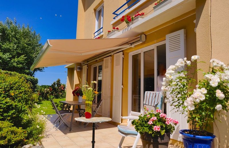 Maison avec grand  jardin clos, vue sur la plage de Villers-sur-Mer à 30 m, location de vacances à Deauville