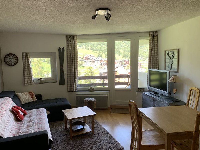 RESIDENCE LE DIAMANT APPARTEMENT 6 COUCHAGES BEAUCOUP DE CHARME GARAGE INCLUS, vacation rental in Risoul