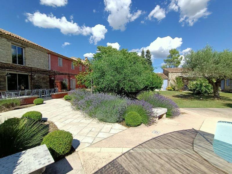 En Provence, grande propriété privée avec piscine jusqu'à 15 adultes, vacation rental in Carpentras