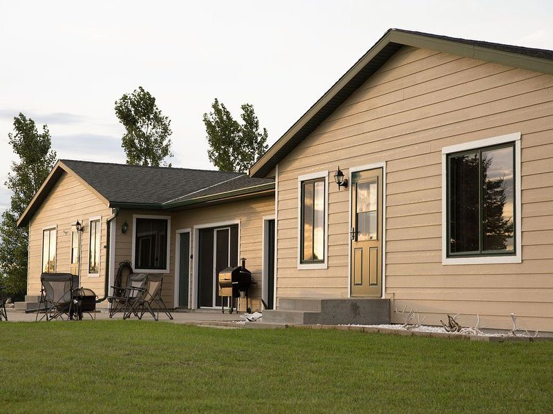 Lakeview Cabin w/ great wifi! Man Cave that is perfect after fishing., holiday rental in Grenville