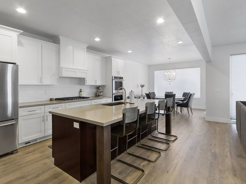 Clean /Sanitized Luxury Home with High End Furniture & Bedding Pickle Ball BBall, holiday rental in Sandy