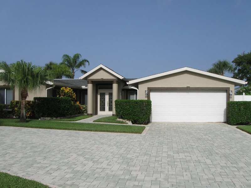Cocoa Beach Waterfront Home - 4 Bedr. 3 Baths.  Close to Beach, vacation rental in Cocoa Beach