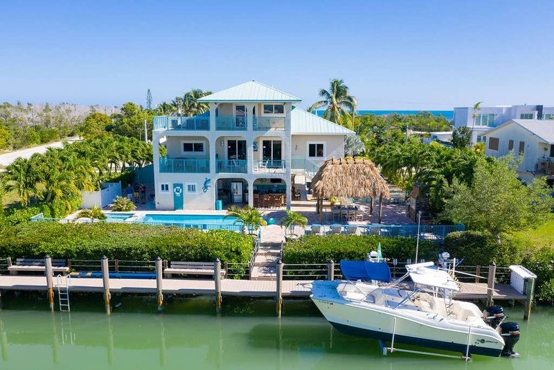 Waterfront Villa Sombrero Beach Rd FL Keys, Private Swimming Pool, Dock, Spa,, holiday rental in Marathon