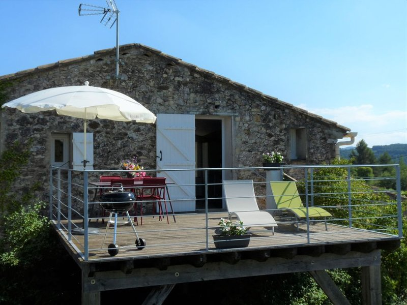 Gîte 45 m2   3 ETOILES tout confort  design  nombreuses activités possibles, holiday rental in Puymeras