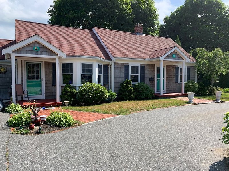 3 bedroom-quaint and cozy Cape within walking distance to the beach!, holiday rental in Hyannis