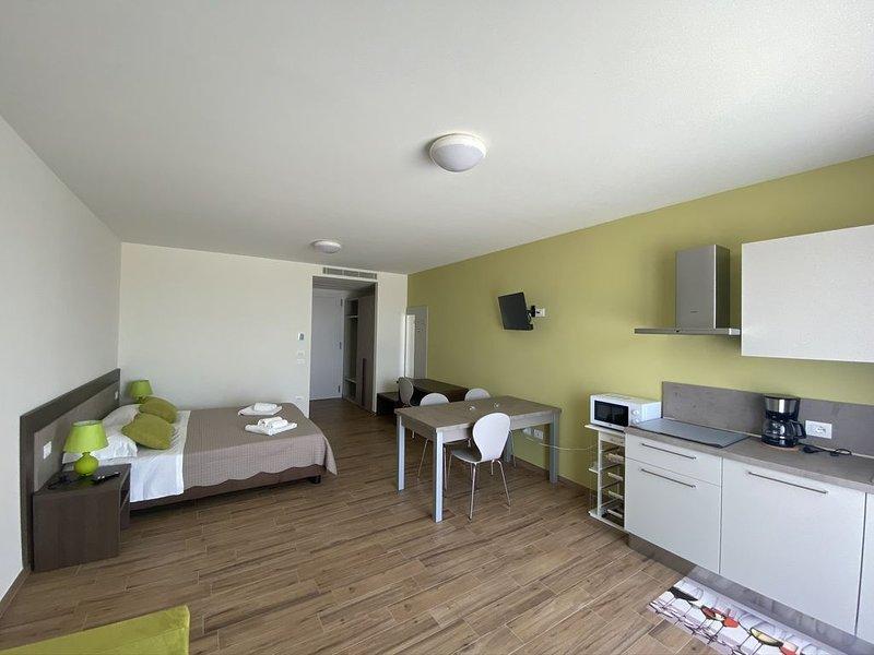 Accogliente monolocale vicino a Terme e parchi del Garda, vacation rental in Cola