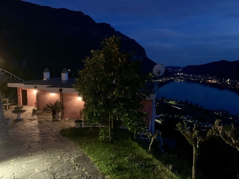 Spectacular view on the Lake Lugano -Three-Rooms Apartment, casa vacanza a Brusino Arsizio