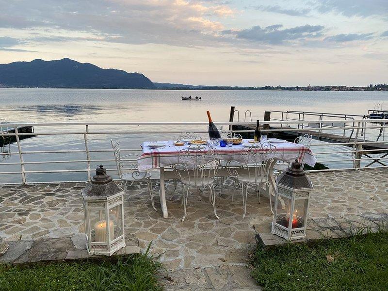 Stupenda villa sul Lago d'Iseo con patio e giardino privato sul lago, vacation rental in Paratico