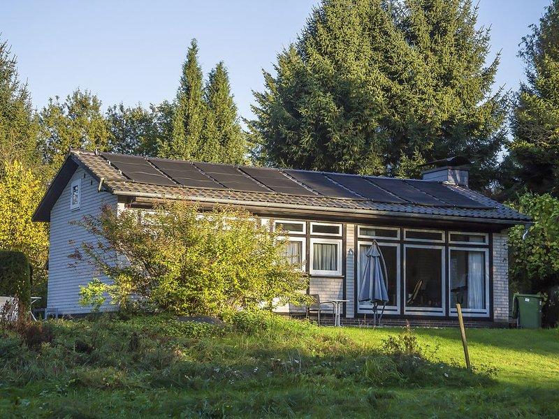 Ferienhaus Milan mit Kamin, Außenpool und Wintergarten in großem Naturgarten, holiday rental in Butzbach