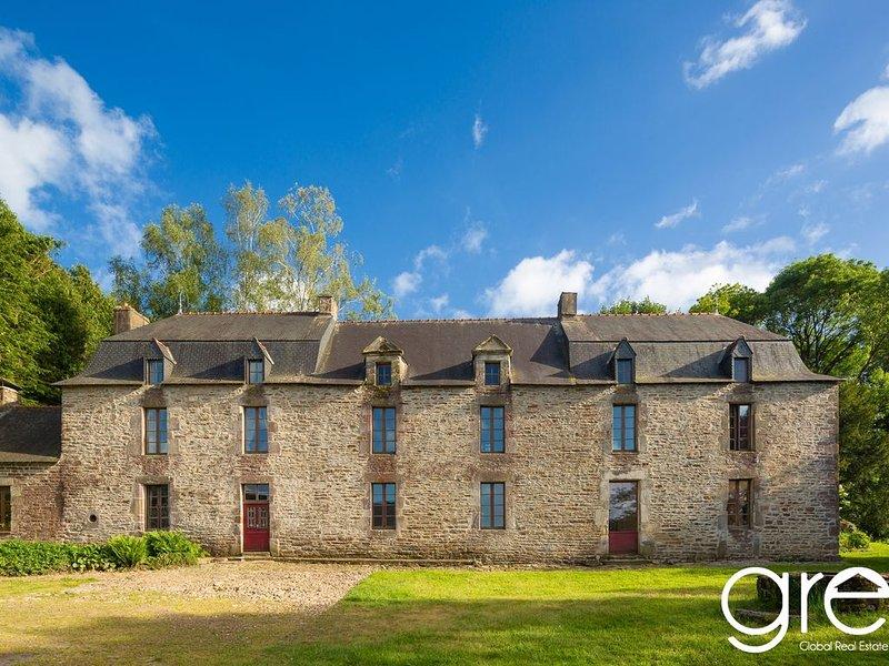 Authentique manoir breton du 17e , 350 m2 , au calme dans les landes de Lanvaux, holiday rental in Serent